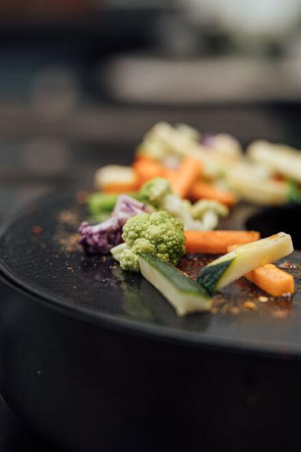 hauser-design-Ofyr-Tablo-Tischgrill-Gemüse-seitlich