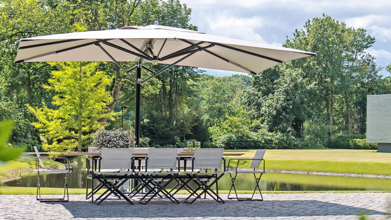 hauser design-Tuuci-Ocean-Master-Cantilerver-Sonnenschirm-und-Dedon-Stühle