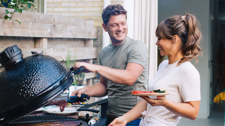 hauser-design-bastard-grill-mit-paar-am-grill