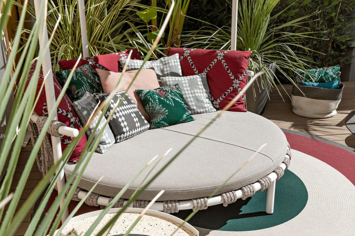 hauser-design-cassina-daybed-trampoline-mit-roten-und-grauen-kissen