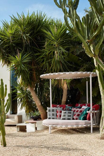 hauser-design-cassina-love-bed-trampoline-neben-palme