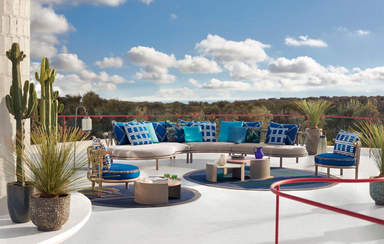 hauser-design-cassina-sofa-trampoline-in-blau-auf-terrasse