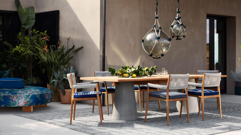 hauser-design-cassina-tisch-dine-out-mit-stühle-und-blauen-kissen