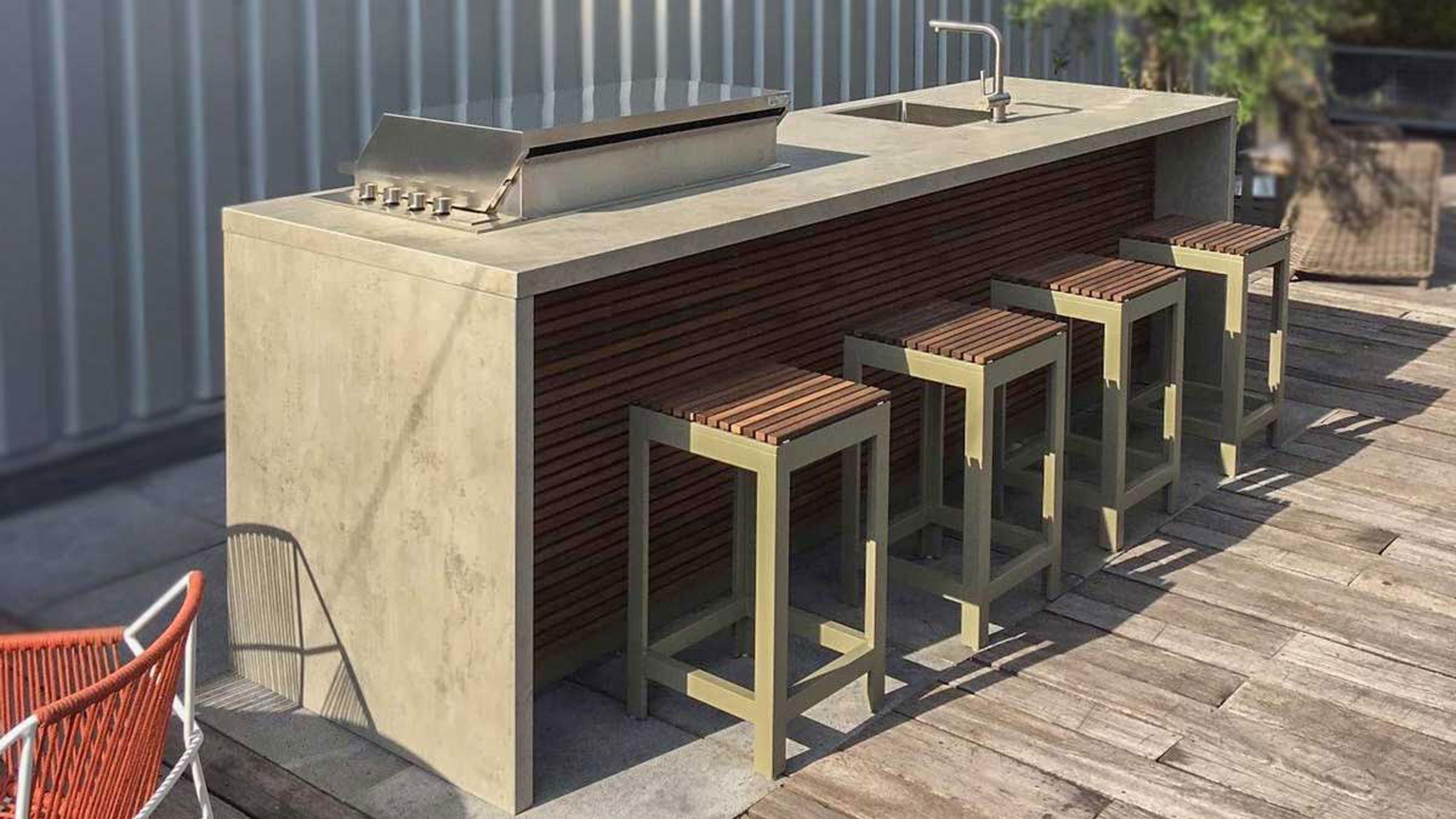 hauser-design-cubic-freistehende-küche-mit-grill-und-barhockern