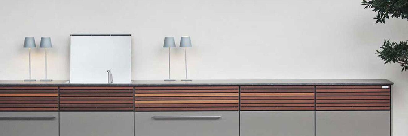 hauser-design-cubic-küchenzeile-in-grau-mit-holzleisten