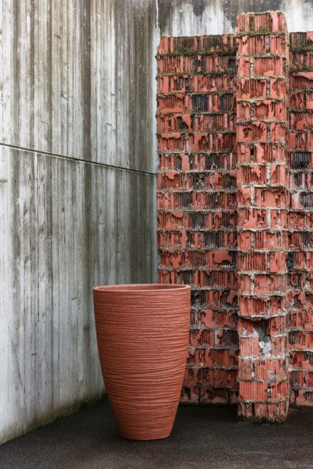 hauser-design-domani-gefäss-hoch-in-farbe-terracotta