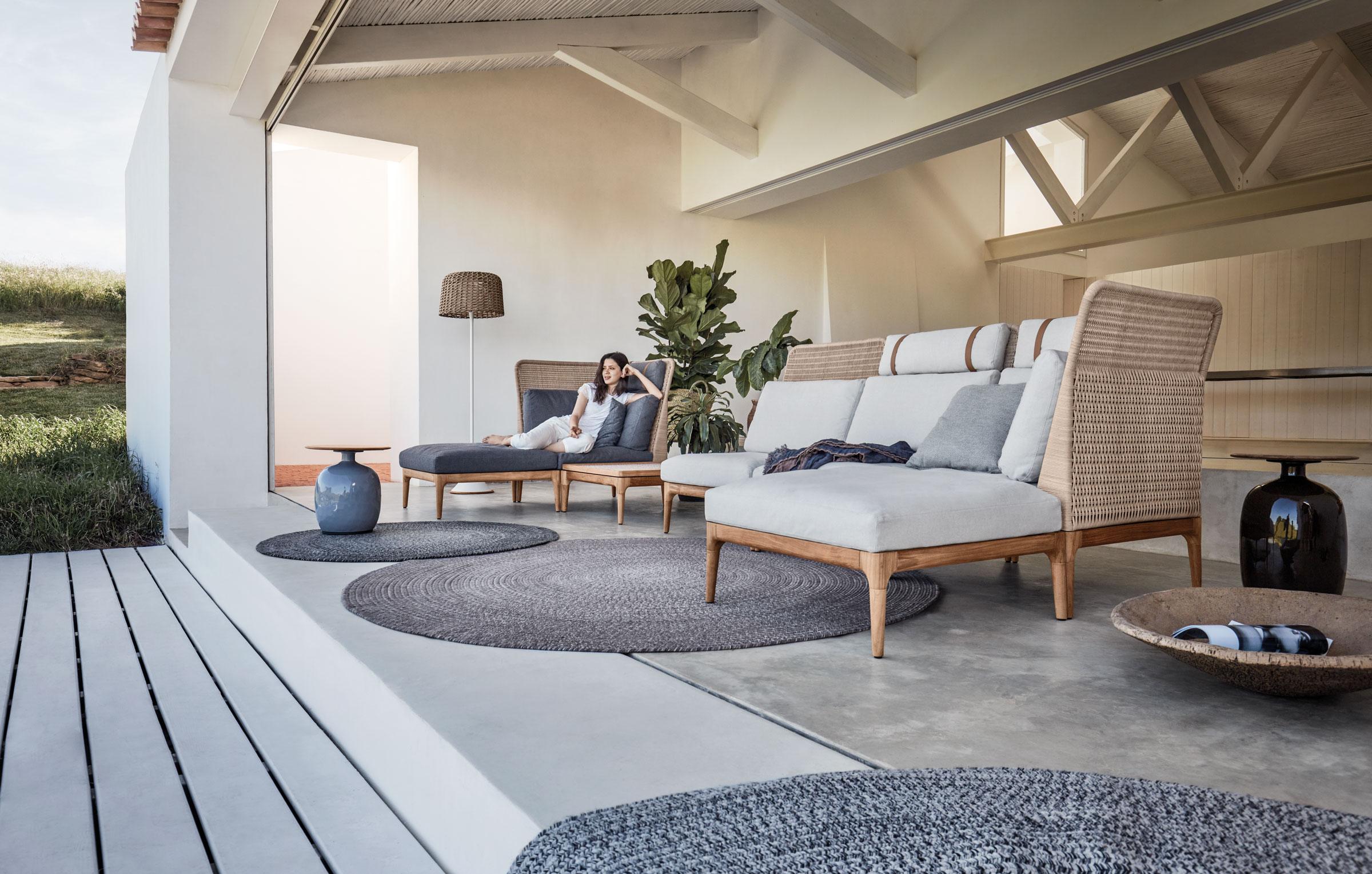 hauser-design-gloster-lima-lounge-sofa-mit-eine-rliegenden-frau