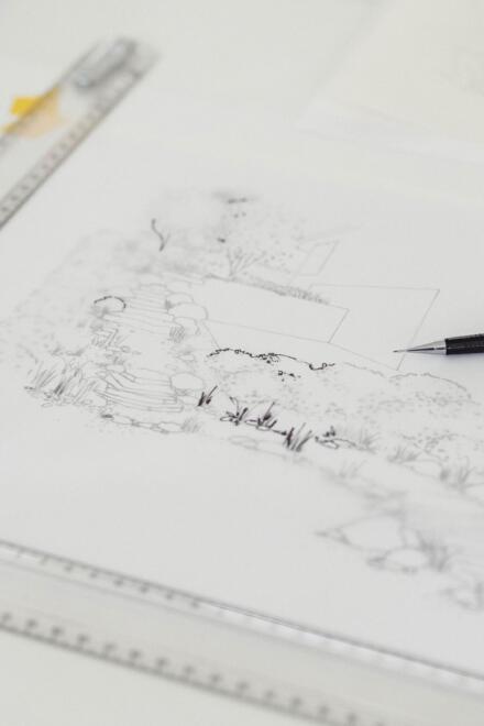 Hauser Design Handskizze mit Utensilien