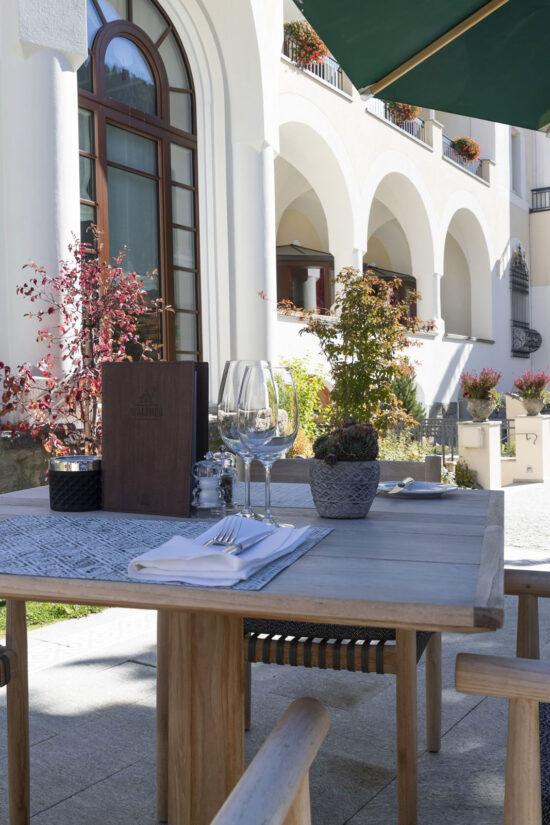 hauser-design-hotel-walther-terrasse-mit-essstühlen-tibbo