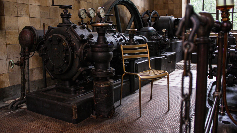 Hauser Design Manufakt Stuhl in Messing