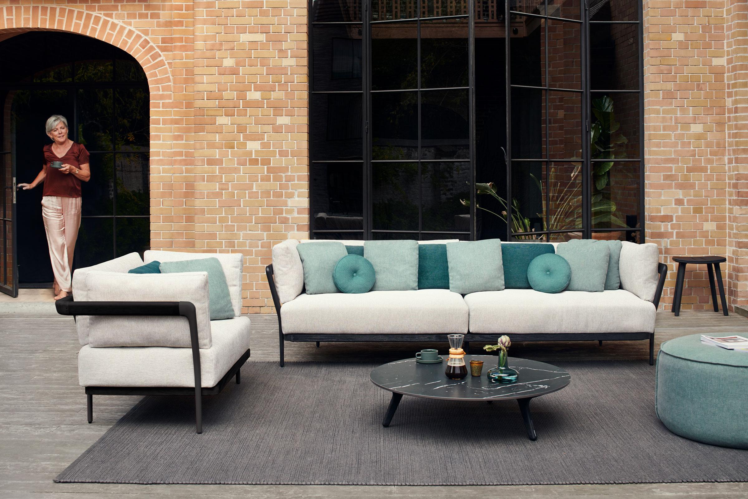 hauser-design-manutti-lounge-flex-in-hell-mit-türkis-kissen