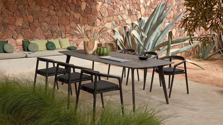 hauser-design-manutti-tisch-mit-schwarzen-stühlen