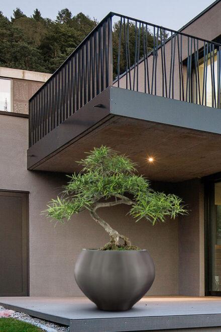 hauser-design-metallico-gefässe-anthrazit-auf-einer-veranda