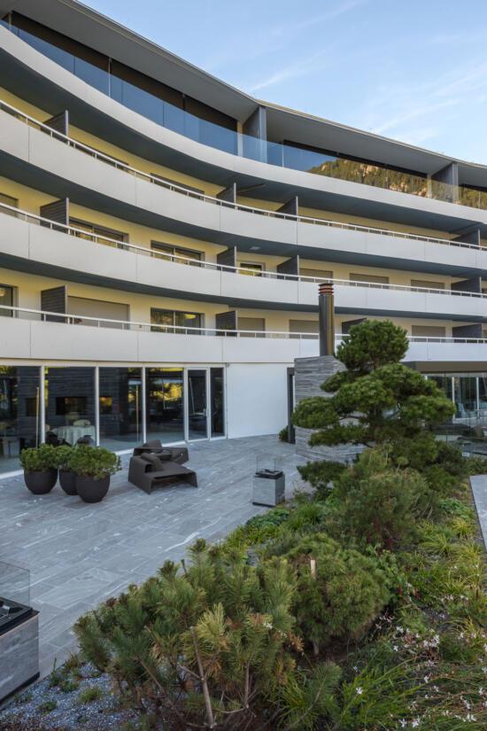 hauser-design-referenz-hotel-7132-vals-terrasse-in-der-übersicht