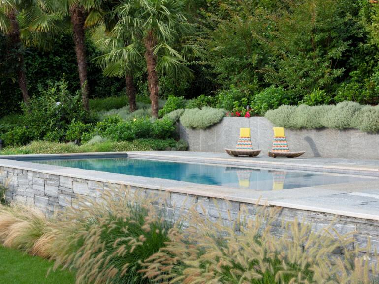 Hauser Design Referenz im Tessin Pool mit Dedon-Sesseln