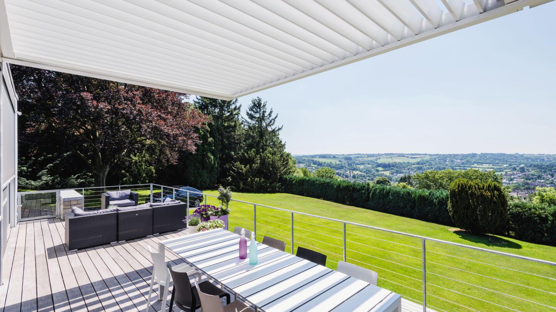 hauser-design-renson-pergola-als-überachung-für-eine-terrasse