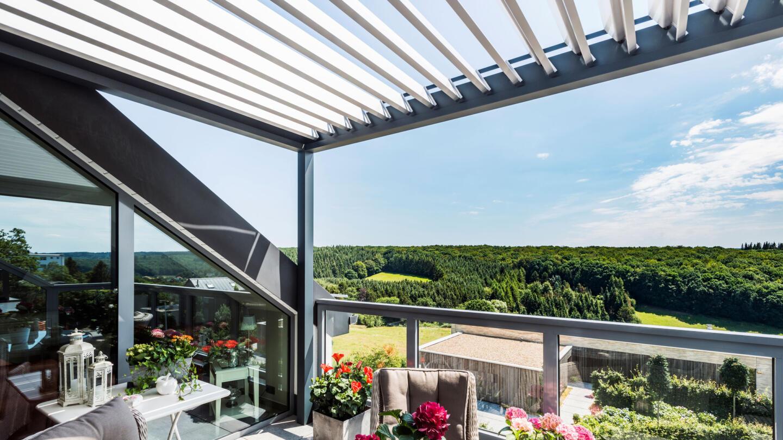 hauser-design-renson-pergola-als-überachung-für-einen-balkon