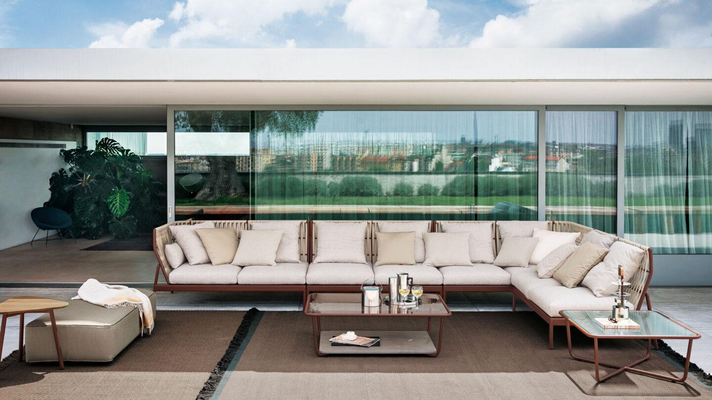 hauser-design-roda-sofa-piper-mit-beigen-baendern-und-kissen