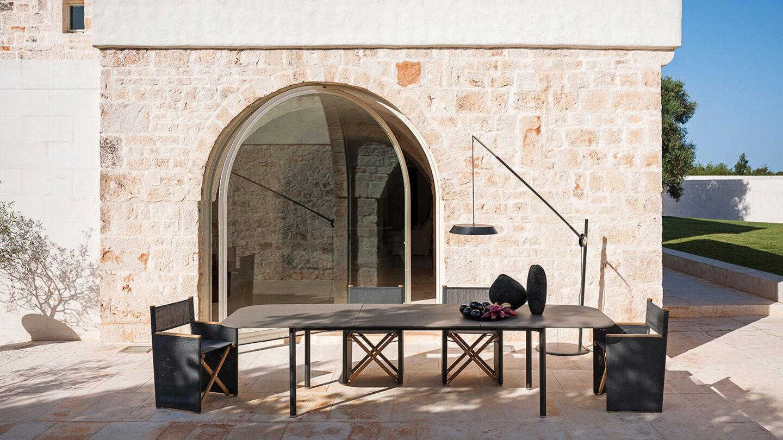 hauser-design-roda-tisch-piper-ausziehbar-dunklen-klappstühlen-orson