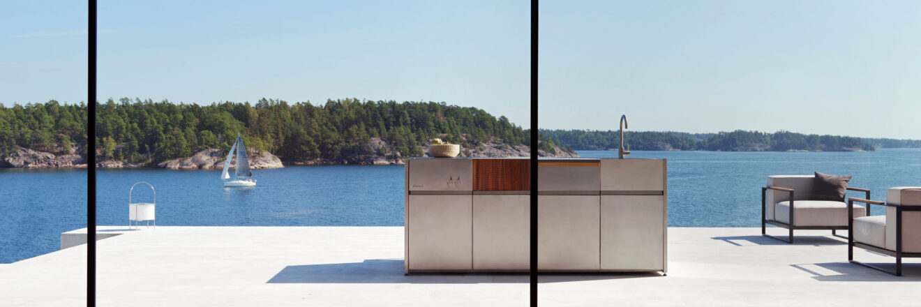 hauser-design-roeshults-aussenkueche-freistehend-mit-sicht-aufs-meer