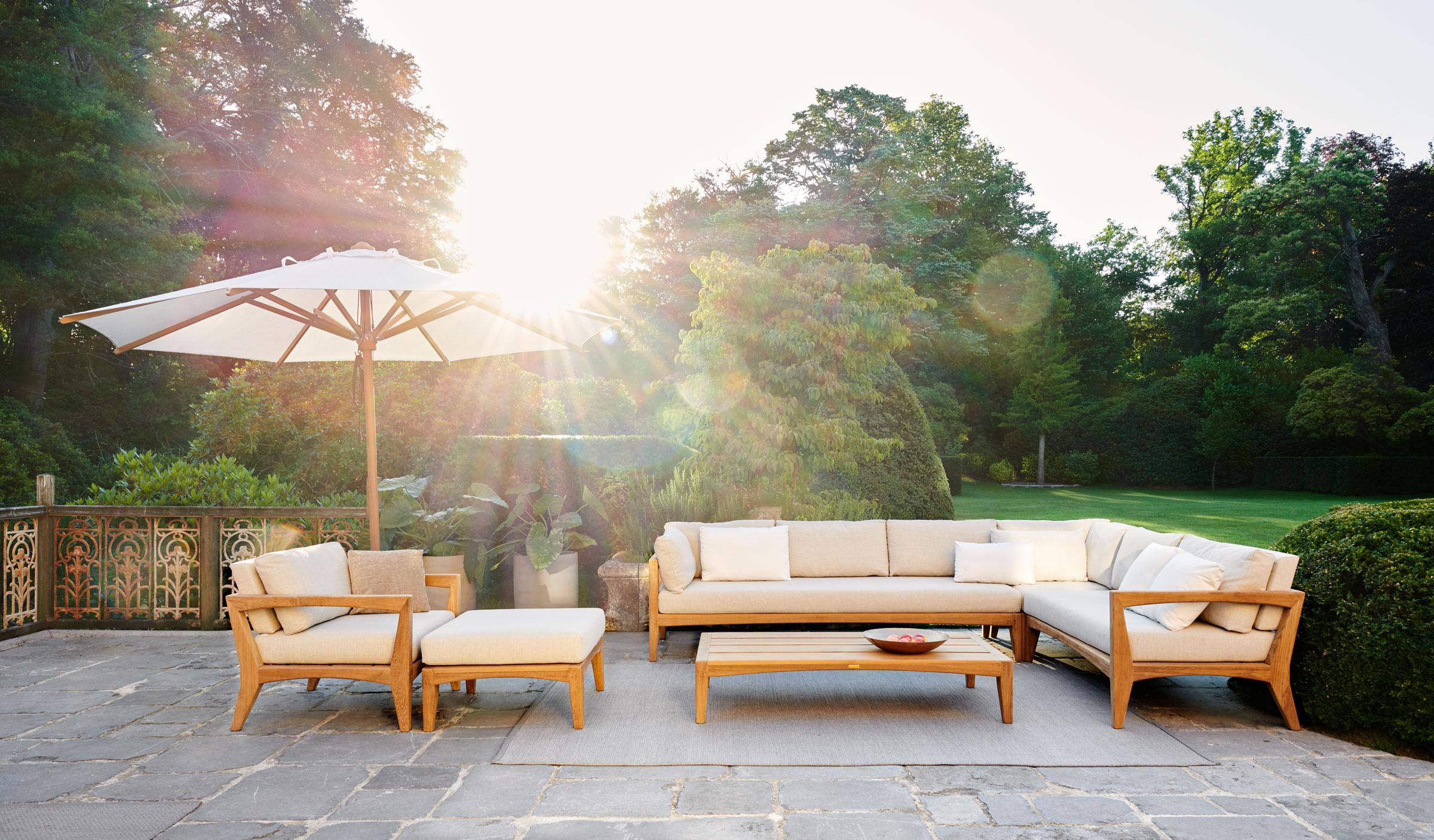 hauser-design-royal-botania-lounge-zenhit-mit-weissen-kissen