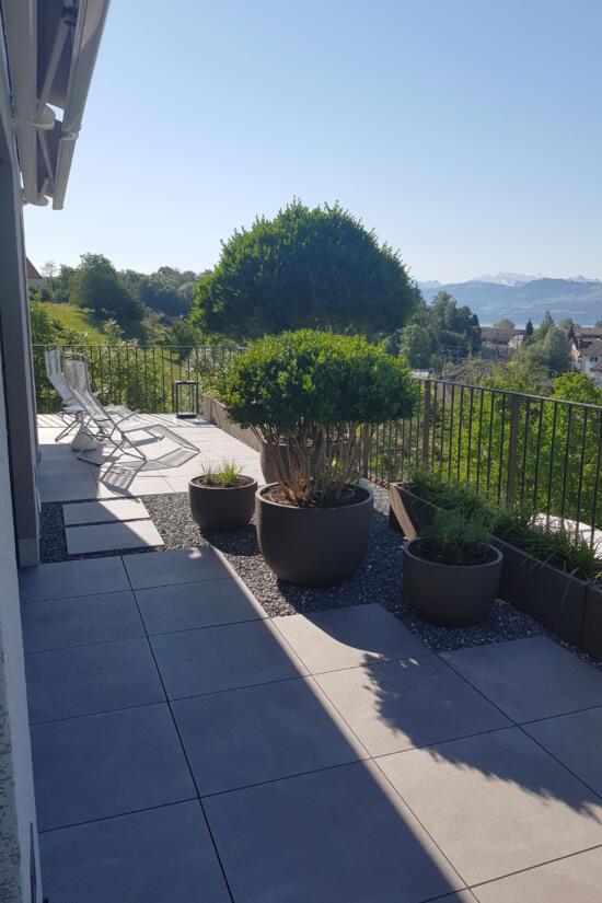 hauser-design-terrasse-mit-atelier-vierkant-töpfen
