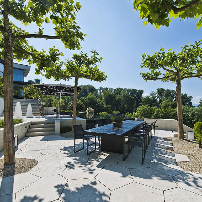 Hauser Design Terrasse mit schwarzer Esssituation