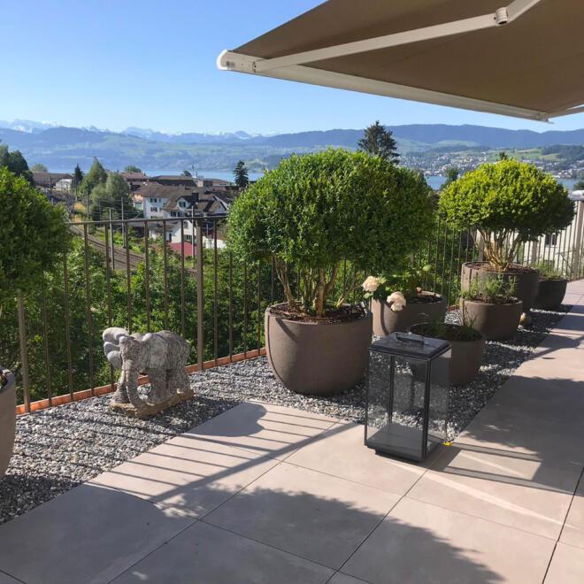 hauser-design-terrasse-mit-sandfarbenen-natursteinplatten