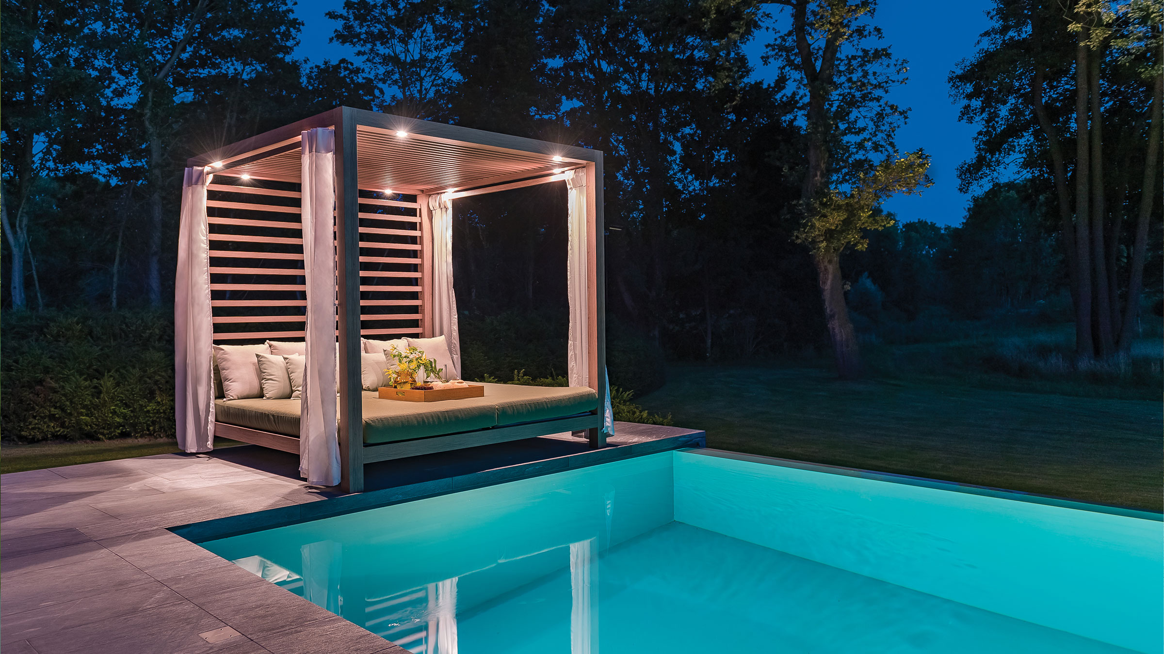 hauser-design-tuuci-schirm-einzelpavillon-am-pool-bei-nacht