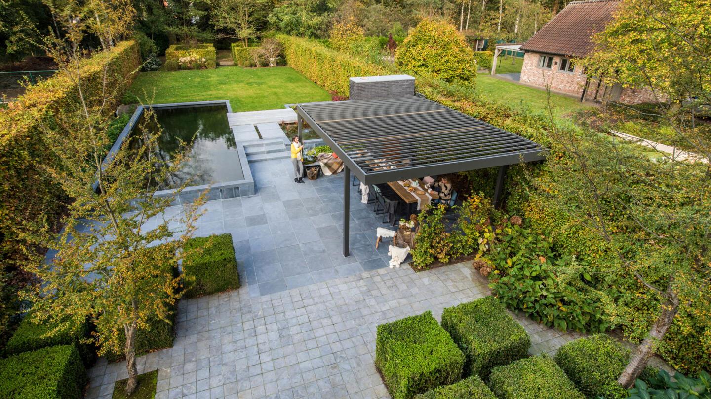 hauser-design-beschattung-mit-einer-pergola-von-renson-neben-pool
