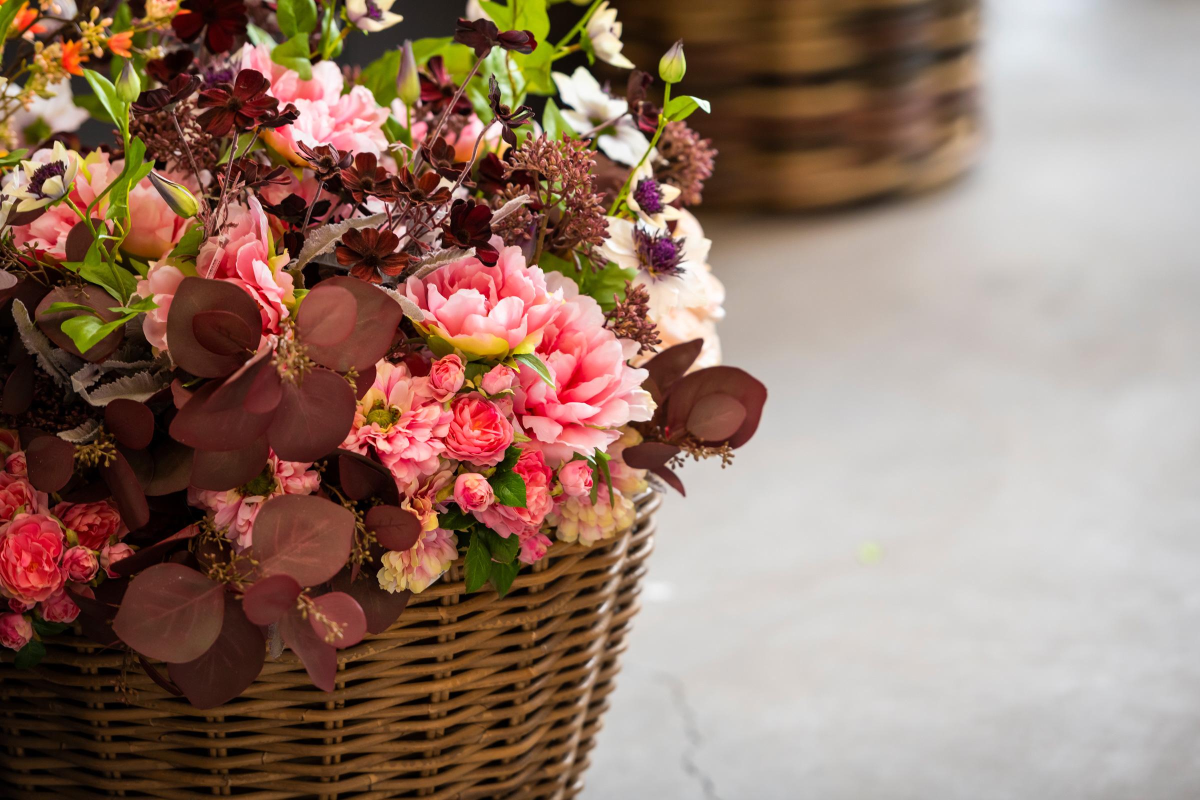 hauser-design-seidenblumen-in-den-farben-rot