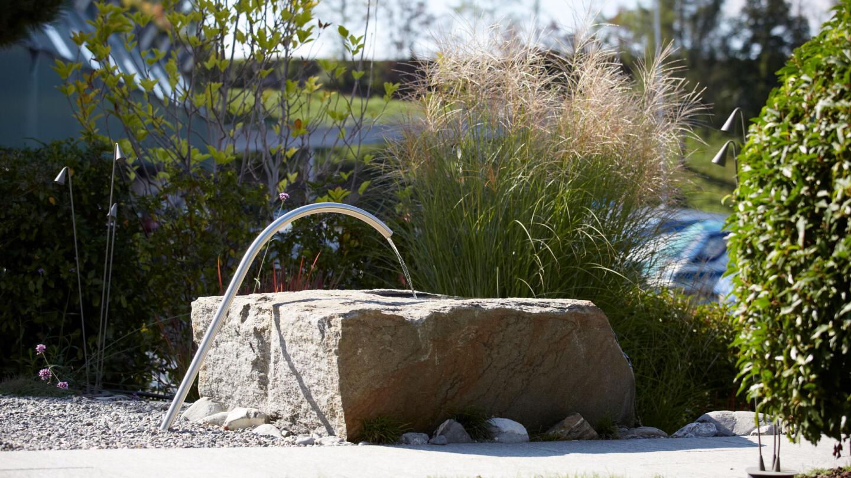 hauser-design-steinbrunnen-im-garten