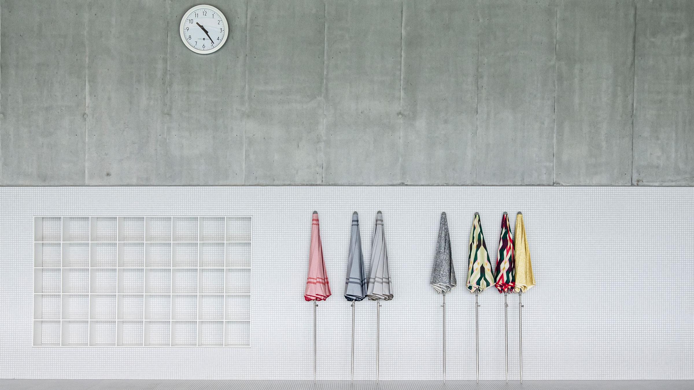 hauser-design-nima-parasol-an-der-wand