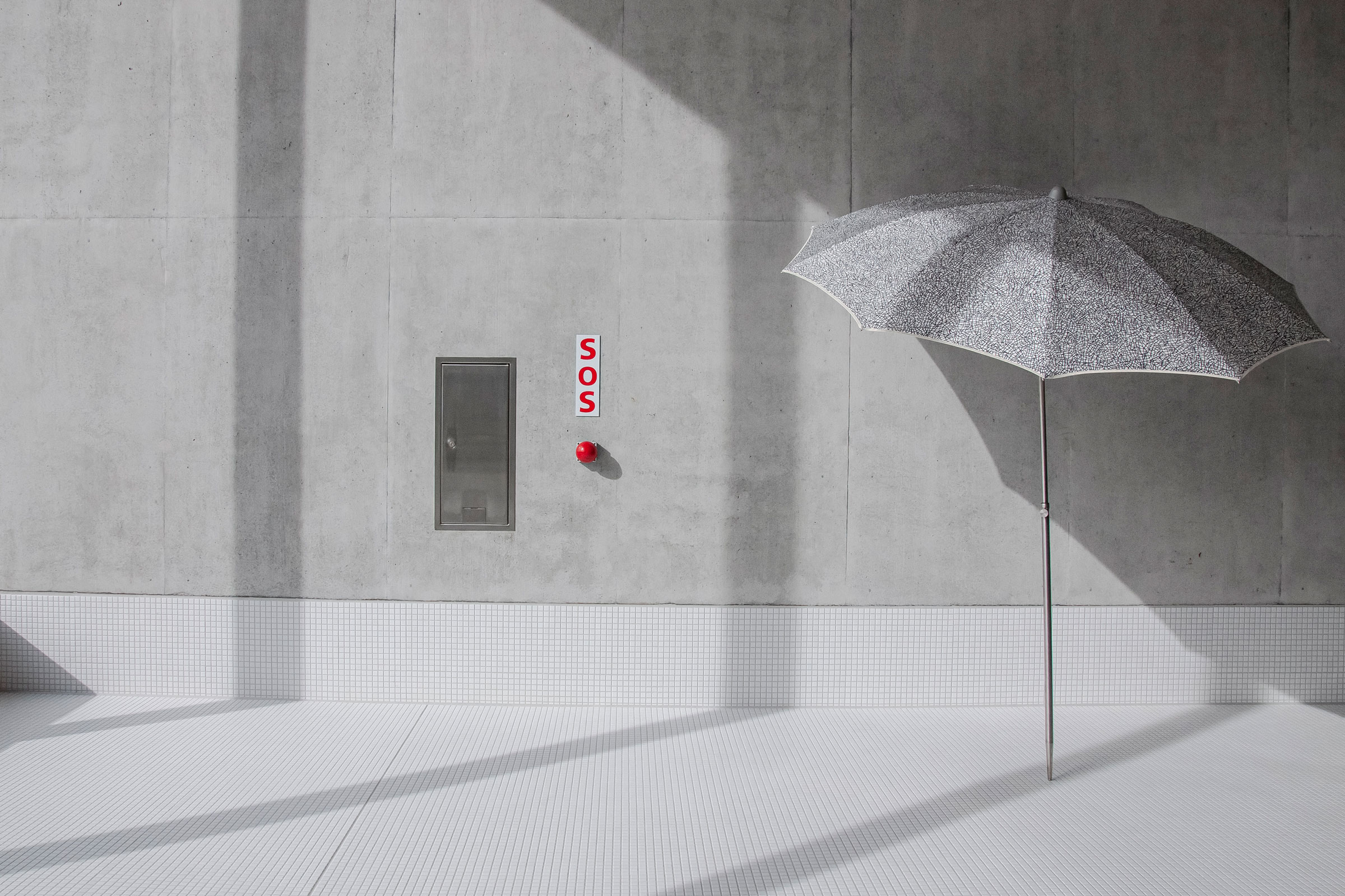 hauser-design-nima-parasol-grau-neben-sos-button